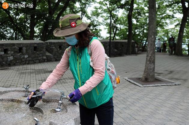 시민협력단 윤성희 단장이 음수대 시설물을 확인하고 있다.