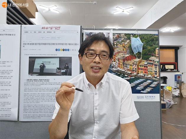 인터뷰에 응하고 있는 김남흥 대표
