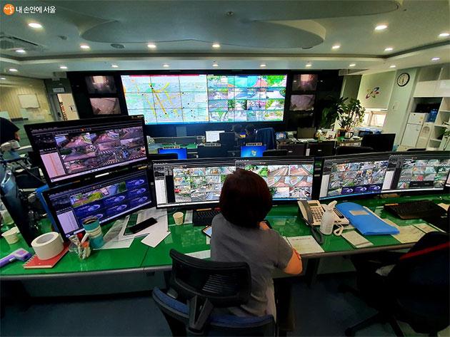 수많은 CCTV들을 관제하는 직원