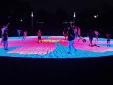 평화의공원의 새로운 랜드마크 솔라스퀘어를 찾은 시민들의 모습