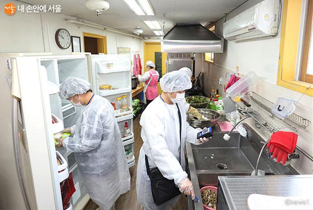 서울시는 유치원과 어린이집 내 급식시설 2,704곳에 대해 긴급 위생점검에 나선다