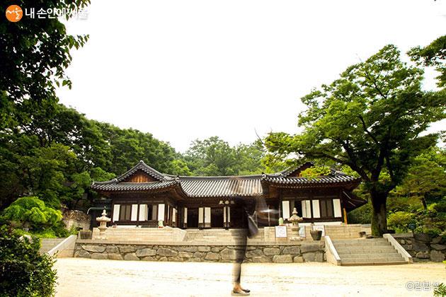 장려/극락전 앞에서(김범석)/길상사