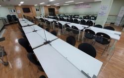 서울시 사회복지시설이 7월 20일부터 단계적 운영을 재개한다. 사진은 투명가림막이 설치된 광진구 경로식당