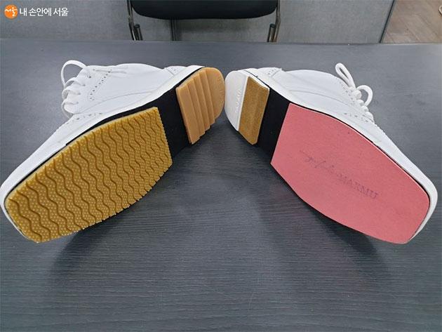 볼링화의 좌우 바닥이 다르다. 자세 때문에 한쪽은 주름진 트렉션솔로 되어 있는 반면에 다른 쪽은 슬라이딩 패드로 되어있다.