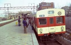 개통 당시 도입된 1호선 전동차들. 같은 1호선이지만 서울 지하철 차량(좌)