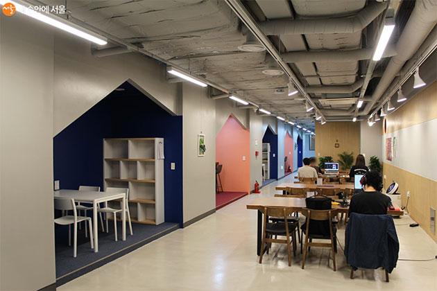 청년들이 창업자를 위한 포켓공간과 공간을 자유롭게 이용하고 있다.