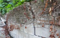 올 하반기 안전취약시설 정비 사업 대상지로 선정된 노원구 상계동 노후 담장 모습