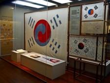 대한민국역사박물관에 전시된 여러 태극기