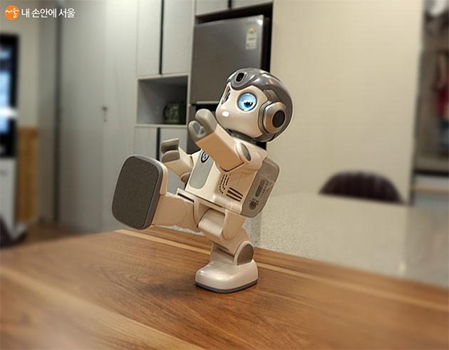 인공지능 로봇이 쿵후를 선보이고 있다