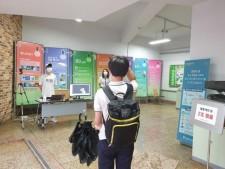 학교안전맨과 생활안전부 부장 선생님이 등교하는 학생의 발열 검사를 지켜보고 있다.