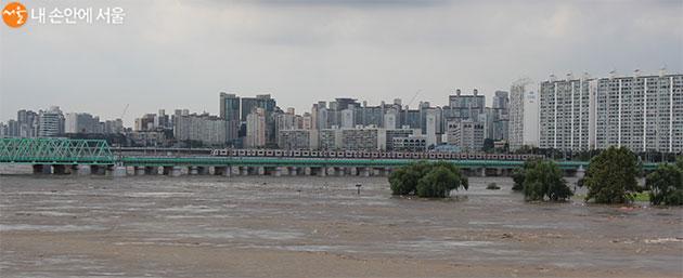 한강철교 위, 지하철과 기차가 아슬아슬해 보일 정도다.