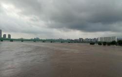 폭우로 인해 한강 수위가 급격히 상승했다.