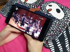 집에서 온라인으로 공연을 즐기는 모습