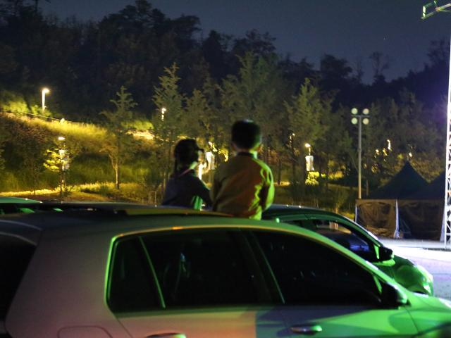 신나는 서커스 축제, 차 안에서 안전하게 즐겨요!