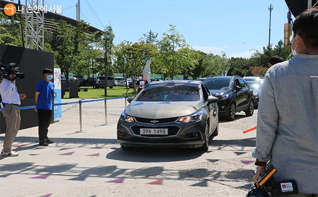 서커스 행사장으로 관람 차량들이 차례차례 입장하고 있다.