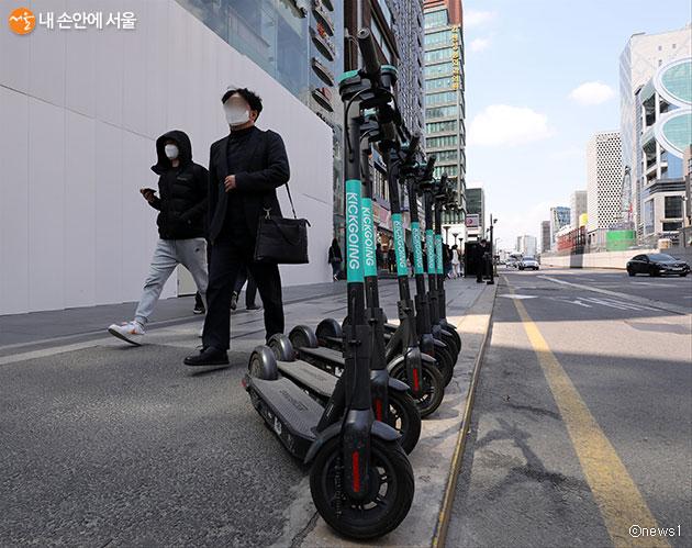 서울시는 지하철역 주변에 공유 킥보드 거치대와 충전시설을 만든다.