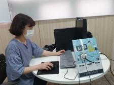 AI·VR 면접체험관을 점검하는 소윤주 주무관