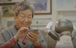 교육용 로봇 '리쿠'를 활용한 스마트폰 학습 모습