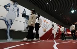 '손기정 기념관'은 바닥에 표시된 트랙을 따라 걸으며 다양한 전시물을 만날 수 있다