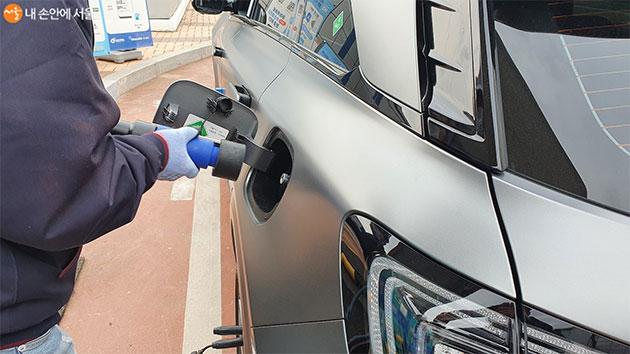 상암수소스테이션을 방문한 수소차에 연료를 보충하고 있다