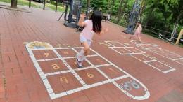 바닥놀이그림 위에서 즐겁게 놀고 있는 어린이
