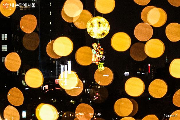 지난해 청계천에서 개최된 '2019 서울빛초롱축제', 올해는 4개 관광특구에서 분산 개최될 예정이다.