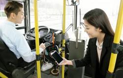 스마트폰 내 모바일티머니로 버스 요금을 결제중인 시민