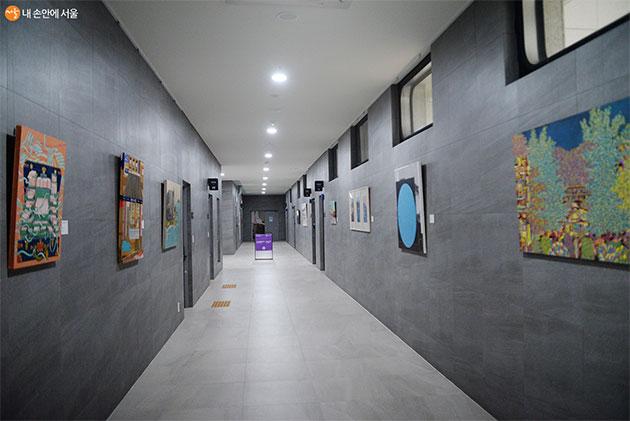 신진미술인의 작품들이 복도를 따라 전시돼 있다