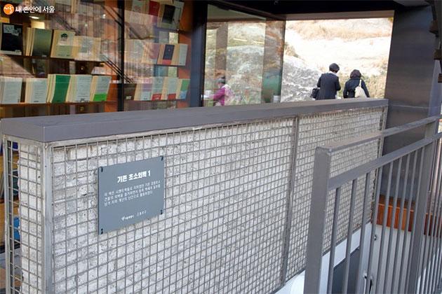 경찰초소의 외벽과 문들을 활용해 기억을 잇고 있다.