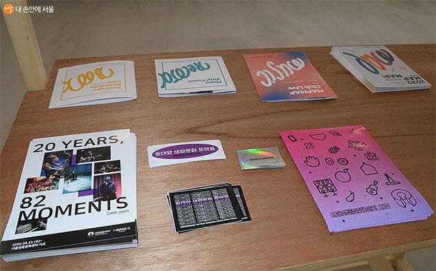 시민들에게 무료로 배포하는 스티커와 인쇄물
