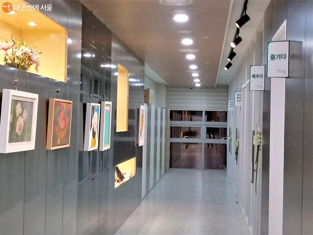 청년 공간과 마주보이는 벽면에 그림이 보인다.