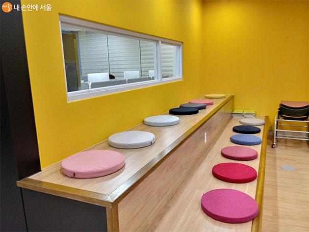 책상에 앉거나 바닥에 앉으며 공간을 자유롭게 사용할 수 있다.