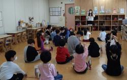 코로나19 확산으로 인해 실내에서만 생활하는 아이들을 위해 강동구건강·가정다문화가족지원센터는 랑랑 다(多)나라 놀이학교를 지난 9월부터 온·오프라인 '혼합수업'으로 운영하고 있다.