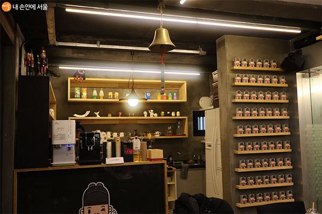 방문객에게 커피 주스 등을 제공하는 1층 작은 카페
