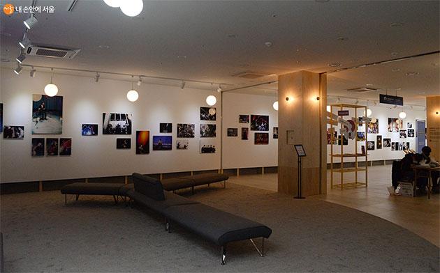 작가 2인이 20년간 서울의 다양한 공연 현장을 촬영한 사진들 80여 점이 전시돼 있다.