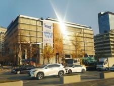 석양을 반사하고 있는 대한민국역사박물관