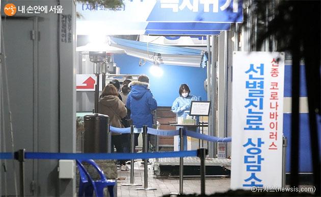 서울시는 누구나 코로나19 무료 검사를 받을 수 있는 임시선별검사소 55개소를 추가 운영한다