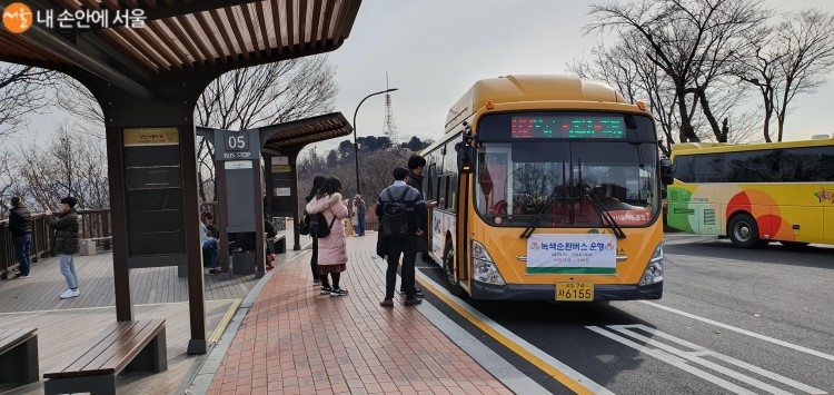 남산서울타워정류소에서 '녹색순환버스'가 출발을 기다리고 있다.