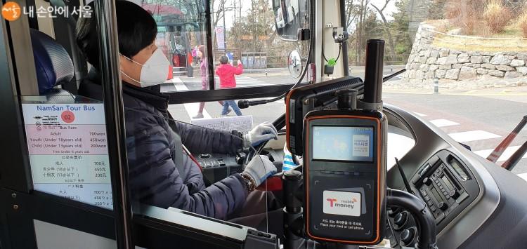 버스탑승구 입구의 카드단말기와 요금안내표