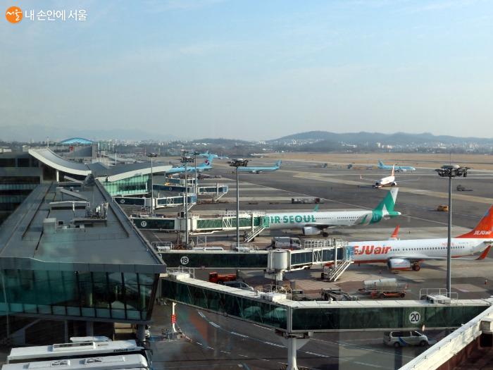 탑승교와 연결되어 있는 비행기들의 모습