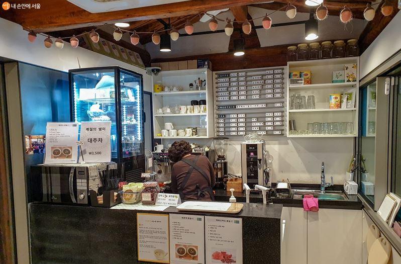 주민들의 사랑방 역할을 하는 백남준 카페의 모습