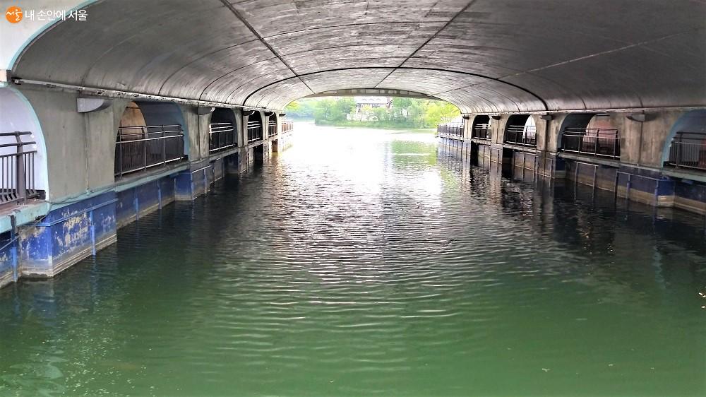 송파나루공원 서호와 동호를 이어주는 잠실 호수교 아래 수로