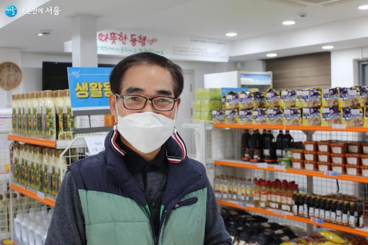 푸드뱅크마켓 3호 임병근 소장이 '0원 마켓'에 대해 설명하고 있다.