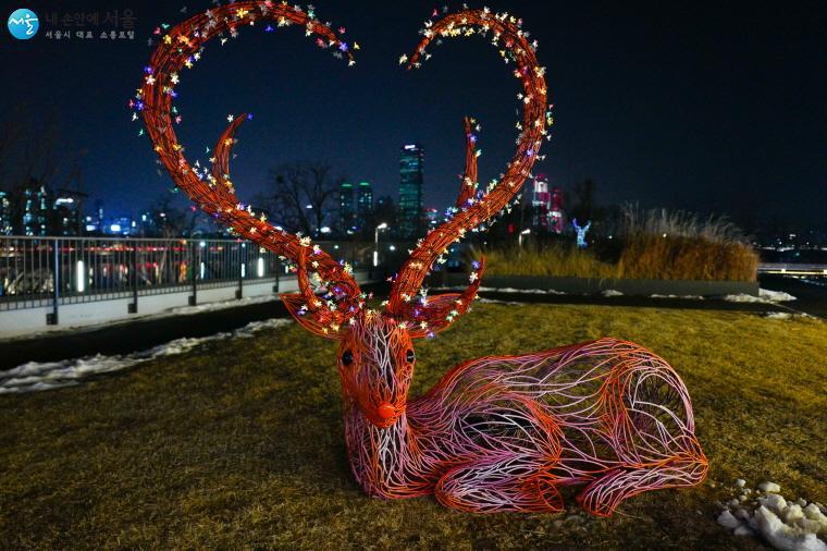 사슴의 뿔이 하트 모양을 하고 있어서 서울의 야경과 유독 잘 어울리는 작품이다.