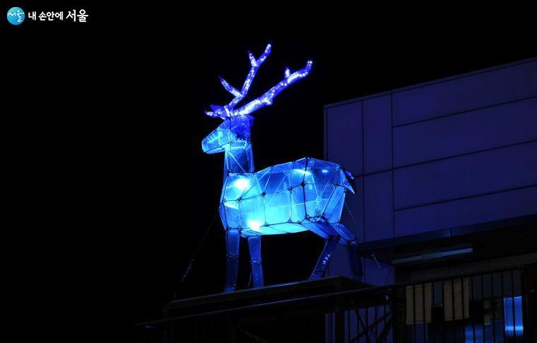 건물 지붕 위에서 허공을 주시하는 푸른 사슴은 사람들에게 또 다른 희망의 메시지를 주는 듯하다 ⓒ조수봉