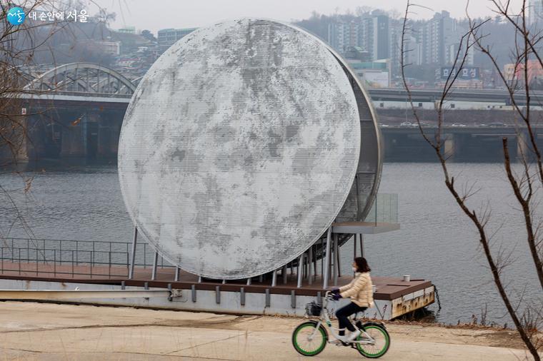 지름 12m 크기의 거대한 인공달 달빛노들 앞을 따릉이를 탄 시민이 지나간다 ⓒ문청야