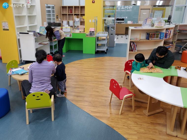 양천중앙도서관이 2월1일 개관했다. 1층 유아자료실에서 아이들이 책을 열람하고 있다.