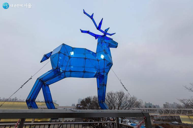 노들 오피스 테라스의 파란 사슴은 도시를 지켜보는 듯하다 ⓒ문청야