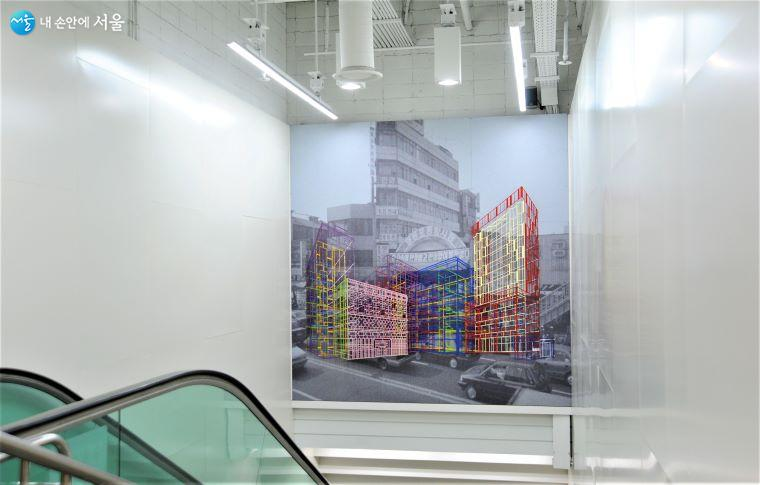 지하 2·3층 연결 에스컬레이터 공간 천장을 장식한 작가 김병주의 「Ambiguous Wall-Yeongdeungpo」 ⓒ조수봉