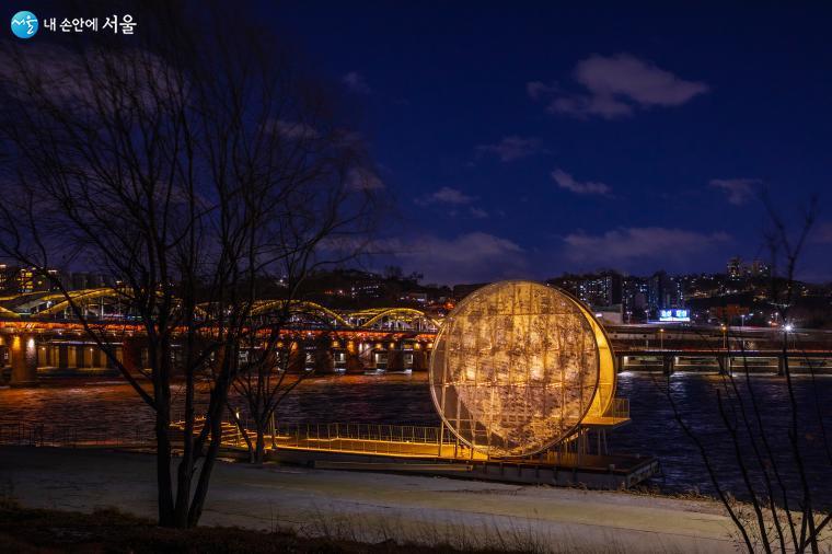 보름달을 형상화한 지름 12m의 인공달 '달빛 노들'은 국제지명공모로 당선된 네임리스 건축(Nameless Architecture)의 작품이다. 서울시는 정월대보름(2/26)에 '달빛노들' 개장식을 열고 시민의 소망 메시지를 받아 <'달빛노들' 소원맞이> 행사를 준비 중이다 ⓒ양인억